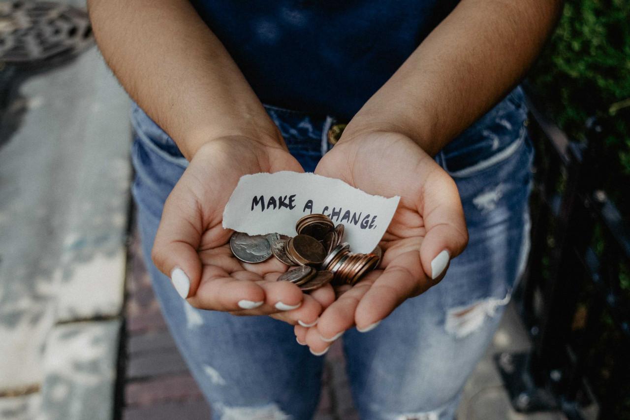 Jótékonykodás egy világválságban – miért adunk, ha nekünk sincs miből?